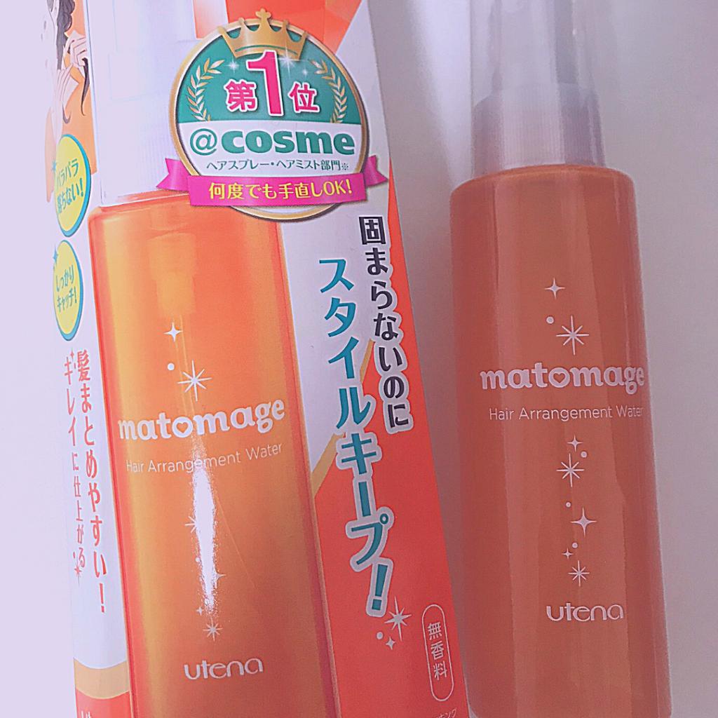 オレンジ色のボトルにmatomageとかいている。左にはボトルが入っていた箱があり、「@cosme第1位」「固まらないのにスタイルキープ」とかかれている。
